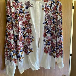 Smukkeste skjorte i lækker kvalitet - brugt to gange. Kan bruges åben eller knappet.   #Secondchancesummer