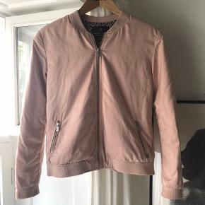 Meget fin rosa bomber jakke, god til forår, sommer & efterår. Str 2 svarende til s/m