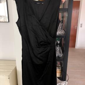 Flot kjole, som har nogle år på bagen, men kun har været brugt en enkelt gang til en nytårsaften  #30dayssellout