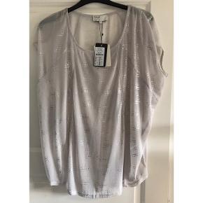 Prisskilt: 399.95 kr. Bluse med stræk. Brystvidde: 75 cm. X 2. Længde: 70 cm.