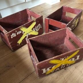 3 gamle sodavandskasser.   De fremstår pæne, ingen skader på træet. Kunne godt bruge en klat maling, hvis man ikke vil have den originale bourdaux farve.   30 kr. pr. stk.