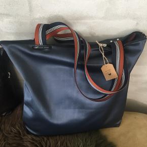 Tasker i lækker fake skind . Ingen indvendig lomme .  Str ca 45x45 cm 🌸 Den første taske er sort og den sidste er mørkeblå