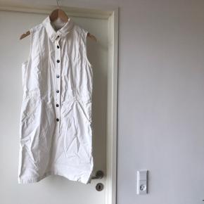Rigtig fin denim kjole fra inwear  God med trøje under  Går til midt på låret på mig og er 170