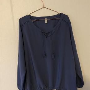 Varetype: Bluse Størrelse: XXL Farve: Mid Blue Oprindelig købspris: 250 kr.  Blusen har elastik i bunden samt løst elastik ved håndledene.  Der er snøre ved brystet.