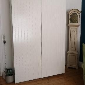 Garderobe skab fra Ikea. Nypris 2900kr. Sælges billigt pga flytning. Det kan deles i mindre dele og skal selv bæres ned fra 2.sal. L: 2m 36 cm D: 63 cm B: 1m 50c m
