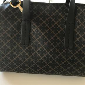 Varetype: Håndtaske Størrelse: Længde 31 cm. Højde 27 cm. Bredde 18 cm. Farve: Sort  Så lækker taske fra Malene Birger !  Aldrig brugt ! Nypris 3000 kr.  Seriøse bud besvares !