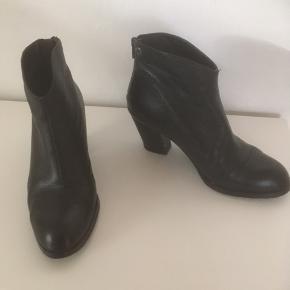 Mærke: Tiger og Sweden Størrelse: 38 Farve: sort Støvlen: har en lynlås bagpå. Hælen måler 7 cm Stand: er kun brugt få gange pga en knyst. Fremstår derfor som ny. En meget flot støvle Nypris 2477 kr  Sælges 625 kr #30dayssellout Bytter ikke Sætter pris på tilfredse købere