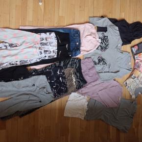 Molo- en t-shirt, en sweatshirt, et par jogging, alt er næsten som nyt. 7x leggings 3x bukser 2x langærmet t-shirt. En strikhættetrøje - 3x t-shirts, en kjole. En silk-uld undertrøje.  OBS - der er en tiger-T-shirt på billedet som ikke er inkluderet i pakken. I øvrigt noget af tøjet skal vaskes.