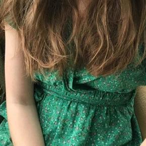 Vintage grøn med små blomster print på. Såå fin og smuk. Ingen som den, håndlavet på Mallorca, så smuk en kjole