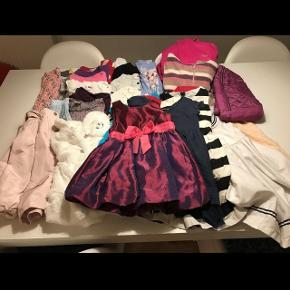 Tøjpakke str. 98-104. Tøjpakken indeholder  8 x kjoler 1 x fleecejakke fra friends 1 x  termobukser fra colorkids 1 x h2o termo regnjakke 1 x Disney jakke 1 x sommerjakke 1 x natkjole 2 x par bukser  1 x nederdel 4 x cardigans 6 x trøjer   Tøjet er fra bla. Color kids, H2O, Disney, h&m, name it, småfolk, pieces, jocko og me too