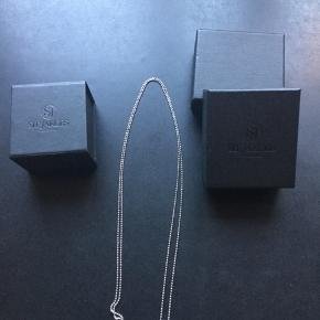 Sølv kæde: 89 cm Lille vedhæng med hvide zirkoner: 1 cm.  Original æske medfølger