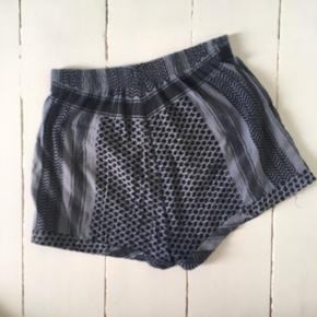 Vasket blå shorts fra Cecilie Copenhagen. Købt brugt, og sælges igen, da jeg har købt nogle andre.   Jeg kan ikke se størrelsen, men skyder dem til at være one size. Jeg er selv en str. small, og de passer mig fint. 😊  Fra røgfrit hjem. 🌸