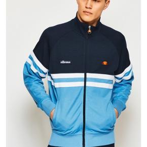 Tracksuit jakke fra Ellesse. Købt for stor og har desværre ikke længere mulighed for returnering. Aldrig brugt og i perfekt stand.