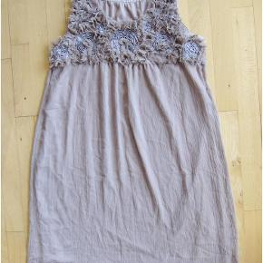 Dejlig kjole med sød halsudsmykning. Kjolen er i to lag. 100% polyester.   Brystmål: 54 cm x 2 Livvidde: onesize Længde: 100 cm  Sød gammelrosa tunika kjole m blomster! Farve: Gammelrosa