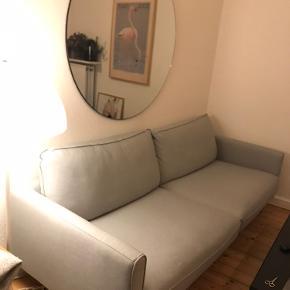 8 måneder gammel sofa, RINGSTORP fra IKEA.  H: 83 cm D: 92 cm B: 221 cm Den har nogle små trådudtræk i den ene side, og lidt bagpå. Dette er dog ikke noget man ser. Jeg har prøvet at tage et billede af det, 3 billede. 😊 Prisen er sat derefter