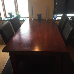 Brun spisebord med 4 sorte og meget solide stole til. Længde 180 cm. Lang og 95,5 cm. Bred og 76 cm. Høj.  Der er lidt bruger  Man kan købe et sofabord som passer til for 750 kr.