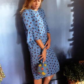 Sødeste kjole fra Ganni 💙 Længde ca 102 cm.