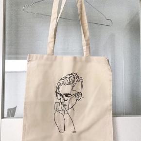 Fint net med tryk på😊 Jeg har selv et jeg bruger som skoletaske - der kan være madpakke, Macbook, penalhus og en anden lille taske i💁♀️