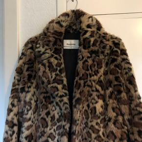ER ÅBEN FOR BUD! Sælger denne fede jakke da jeg dsv ikke får den brugt Jakken svarer til en størrelse xs-s  Ny pris 1000 kr