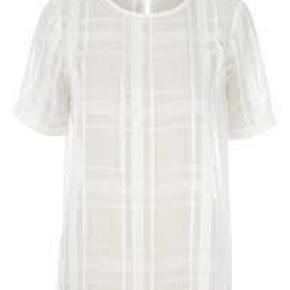 Varetype: top Farve: Hvid Oprindelig købspris: 750 kr. Prisen angivet er inklusiv forsendelse.  Så fin bluse fra Stig P. Aldrig brugt og stadig med prismærke.
