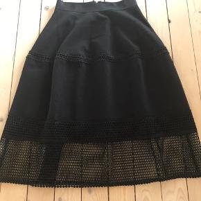 Smuk og elegant nederdel fra Sofie Schnoor. Kun brugt 2 gange af et par timers varighed. Endnu ikke vasket - kun luftet. Ingen synlige brugstegn.  Taljemål: ca 2 x 36 cm (elastik) Længde: ca. 75 cm