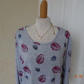 Sød bluse sælges, ved desværre ikke hvad den hedder, det står ingen steder, den er brugt en gang. Brystmål: 56x2 Længde: 64 Materiale: 65% Cotton 35 % Polyester. Sælges for 100 kr + porto. Se også de andre annoncer jeg har i BIB.