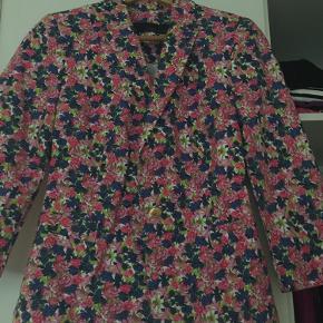 Fin blomstret jakke med messing knapper