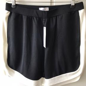 Helt nye shorts fra Envii. Nypris kr. 350,- Sendes med DAO. Betaling via mobilpay - alternativt betaler køber ts-gebyr.