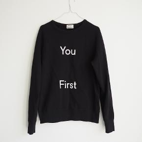 Flot Acne Studios sweatshirt i sort med hvidt print.  Fremstår i fin stand.