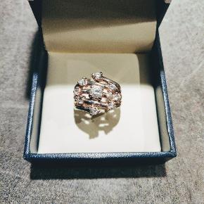 Super fed sølvring med zirkoner.  1,7 mm i diameter.  Byd! Sælges billigt ( æske medfølger ikke ).