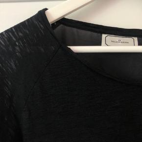 Virkelig flot trøje som er lidt mere gennemsigtig bagpå. Den fejler intet og er ikke brugt meget