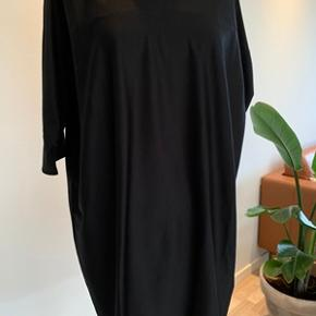 Flot enkel og klassisk sort kjole fra COS str. S. Kun brugt en gang, ser ud som ny. Kjolen er i en meget lækker bomulds kvalitet og 3/4 lange ærmer. Længde 90 cm. Normal i størrelsen. Fra ikke ryger hjem.