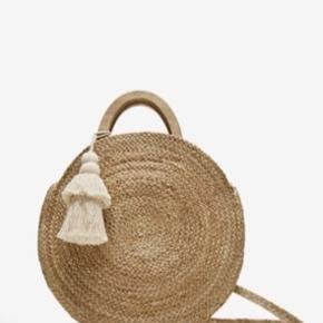 Round raffia bag in very good condition.