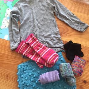 En pakke med uld tøj til vinter: indeholder en uld trøje fra joha( har en lille misfarvning ved halsen) en par hjemmestrikket shorts, to varme vanter i sort og pink og to dejlige sokker der passer til 1 år ca og et par lille uldsokker fra Joha