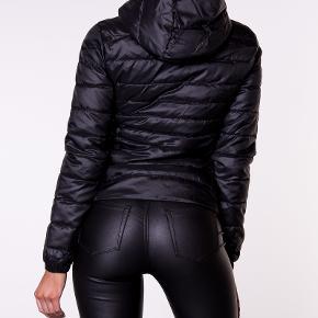 Fin Only jakke med hætte. Aldrig brugt, så i fin ny stand. Ingen røg og ingen dyr Str L ,men lidt lille i størrelsen