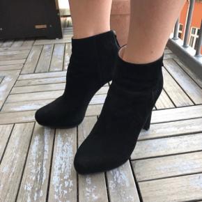 Jeg sælger disse lækre sorte ruskindsstøvletter fra Prada.  Støvletterne er en str. 36,5 men svarer til en alm. str. 37.  De er købt i Birger Christensen på Strøget i KBH.   Opr. Pris: 6.000kr