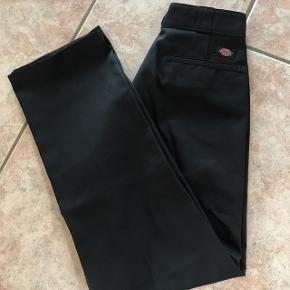 Fejlkøb, så derfor sælger jeg disse bukser. Det er en størrelse 32/32/M Np: 500kr  Køber betaler fragt