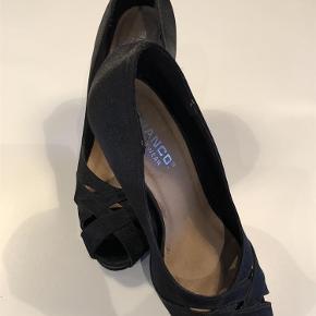 Det er en klassisk pump med hæl højde på 10 cm. der er et plateau på 2 cm under forfoden, så den ikke virker så høj at gå på. Der er få brugspor på hælene (se billede), men det er ikke i øjnefaldende.  Kun seriøse bud og bytter ikke, da der mangler plads i klædeskabet. Sender med DAO  stiletter Farve: Sort