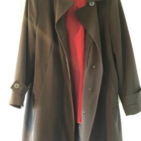 Brand: Gallery New York Varetype: Trenchcoat Farve: Sort Oprindelig købspris: 2795 kr.  Flot trenchcoat i sort med aftagelig inderfoer og hat og kan derfor bruges forår, efterår og vinter. Størrelsen er 1X.
