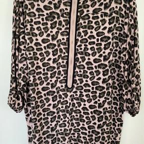 Rigtig fin kjole fra Baum Und Pherdgarden i leopard mønster, med flot lynlåsdetalje bagtil. Brugt få gange. 100% Viscose. Længde ca. 80 cm. Har et fint fald.