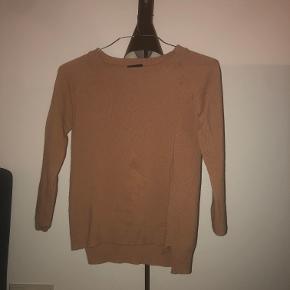 Sweater fra Magasin' eget mærke. Trøjen er brugt få gange men har dsv fået et lille hul ved sygningen, foran. Trøjen fejler ingenting. Nypris ca 500kr