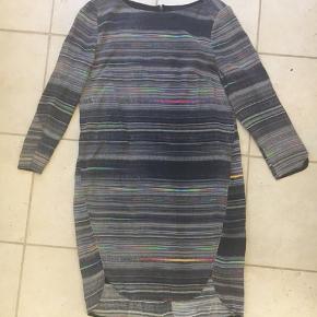 Skøn multifarvet 2nd Day kjole/tunika. Fine detaljer, 3/4 ærme, smuk tekstil, let og luftig.