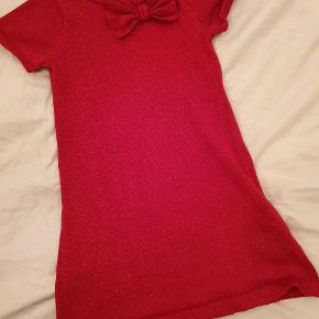 Kjole fra H&M med glimmer i strikket Sender gerne ved køb for mere end 150 kr.