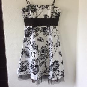 Sort/hvid kjole med bolero i sort fra Sisters Point (se næste billede med bolero). Kjolens længde fra kant over bryst til fast kant inden tylkant er 77 cm. Super fin til både hverdag og fest afhængig af tilbehør.   Ingen pletter/huller, fra ikke ryger hjem.