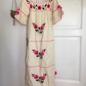 Smuk mexicansk vintage maxi kjole OBS har misfarvninger flere steder (brunlig på selve kjolen og blå på et ærme) - er indregnet i prisen  Er ikke forsøgt fjernet - kjolen kan evt.  farves, bruges til udklædning, skuespil mm (hvis ikke man kan se charmen i vintage brugstegnene :) Og noget broderi er gået lidt op Bomuld  Måler ca. 95 cm om brystet (er plisseret foran så lidt ekstra plads) Ca. 133 cm lang fra skulder ned  Vintage kjole Mexico mexicansk  Folk folklore Broderi Råhvid pink grøn  60'er 70'er Hippie boho boheme