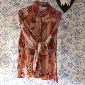 Skjorte i 100% silke. Brugt meget få gange ☀️