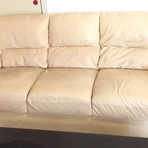 Sælger 3+2 pers. sofa i creme læder. Super solide sofaer, som giver dig en meget komfortabel siddeoplevelse og fremstår i god stand. Sofaerne kommer fra ikke ryger hjem, og sælges pga. køb af ny sofa.   MÅL 3 pers. sofa - Længe: 221cm, Bredde: 90cm, Højde: 86cm 2 pers. sofa - Længde: 165cm, Bredde: 90cm, Højde: 86cm  Prisen kan forhandles.  Ring/skriv hvis du har spørgsmål eller vil bede om flere billeder.