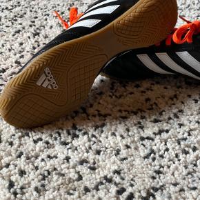 Skoen står næsten som nykøbt, brugt få gange. Står som 'male' men vil mene at det er unisex sko. Både god til sportsbrug og hverdag.