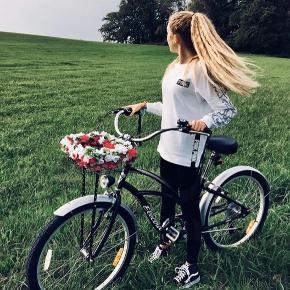 Flot cykel fra electra står som ny 🌸   Påsat kurv kan tilkøbes.   Specifikationer om cyklen kan ses på billederne☺️  Den sælges da den simpelthen ikke bliver brugt😁   Rimelige bud, er også yderst velkomne☺️  OBS skærme og kurv på min cykel er sort. OBS denne vare fragtes/sendes ikke.