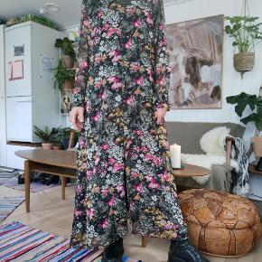 Flotteste blomstrede kjole, perfekt forår og sommer kjole i multifarvet print. Så smuk. Str. 38